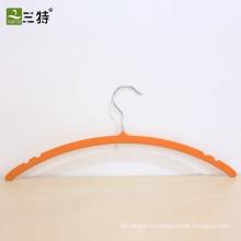 тонкая пластиковая вешалка для одежды с резиновым покрытием