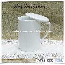 Taza de cerámica blanca con tapa, taza de porcelana de 300 ml al por mayor, taza de cerámica con coaster / tapa