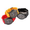 Relógio barato da promoção com a faixa de couro do plutônio