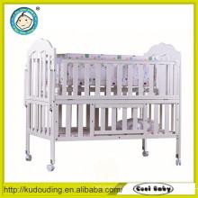 Confortável bebê cama de design clássico de madeira