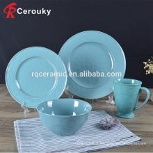 Restaurant de l'hôtel avec assiettes en céramique set de vaisselle