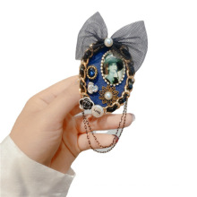 Fall Winter Pearl Rhinestone Bow Chain Designer Brooch Pin for Women Girl Coat Sweater Accessories Vintage Badge Fashion Jewelry