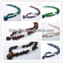 Collier à pierres précieuses avec pendentif en pierres précieuses