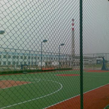 Vorübergehender Bauzaun des Fußballstadions