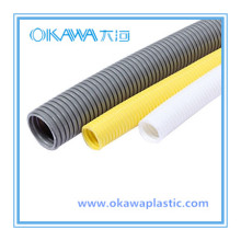 Weißes PVC-Wellrohr zum Schutz von Draht