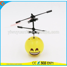 Hot Selling Interesting Mini Flying Ball Toy Smile Face Heli Ball Presente de Natal para criança
