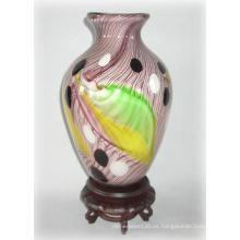 Florero de vidrio con patrón emplumado