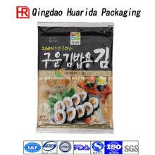 Levante-se o saco plástico do empacotamento de alimento do sushi