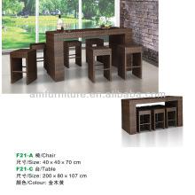 mesa de comedor y silla hecha de ratán