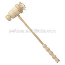 Massage de dos en bois de couleur naturelle avec marteau