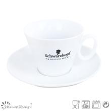 Porcelaine blanche avec tasse à café et soucoupe en soie