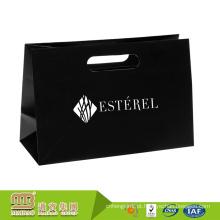 A quantidade pequena da qualidade super aceita horizontalmente o saco de portador da mercadoria do papel de varejo do projeto feito sob encomenda para a roupa