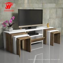 Carrinho de TV moderno em madeira com cadeiras