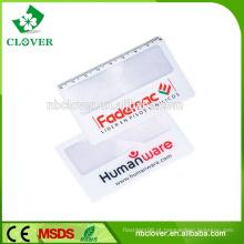Leitura de PVC usando lupa de cartão de crédito com impressão