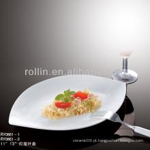 Talheres de louça finos brancos servindo prato para hotel de estrela e uso de restaurante