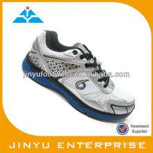 Zapato nikel de los hombres que caminan
