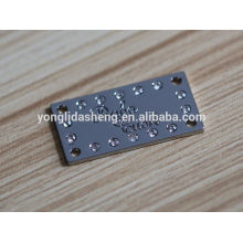 Etiquetas negras cuadradas del metal del bolso y diversa etiqueta de encargo de la ropa con precio de fábrica