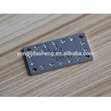 Étiquettes métalliques à main noires carrées et étiquettes de vêtements personnalisées diverses avec prix d'usine