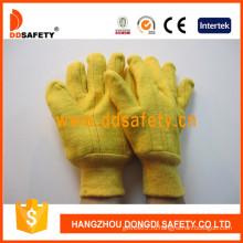 Рука с золотистой шерстью, выложенная теплыми рабочими перчатками Dcd105
