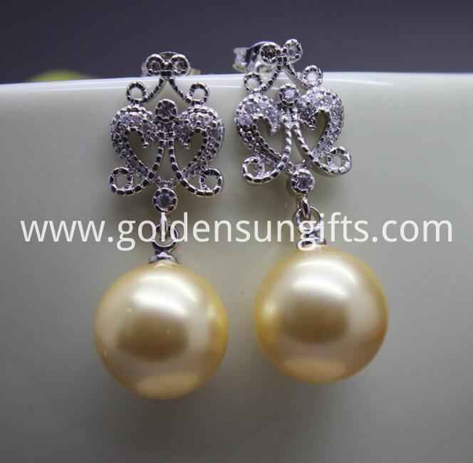 Gold Round Shell Pearl Earrings