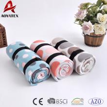 пользовательских вышивка логотипа дешевые печать флиса одеяло с ремешком