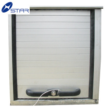 Грузовик металла свертывают вверх двери, алюминиевую тару закатать двери