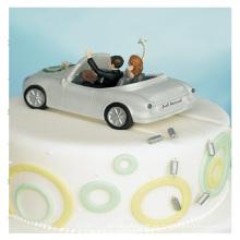Novia y el novio en la figura del coche
