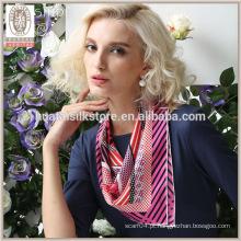 Listras cor-de-rosa bonitos e horda de seda do lenço da sarja do projeto do às bolinhas