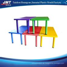 Plastikstuhl und -tisch für Kinder