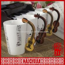 Caneca de música com tampa e símbolos de música