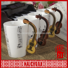 Музыкальная кружка с крышкой и музыкальными символами
