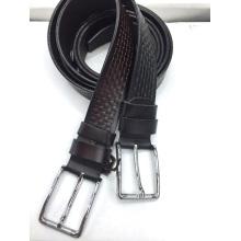 Cinturón de cuero con relieve de hebilla macho