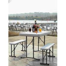 Im Freien verwendetes Plastikfaltender Bier-Tisch mit den Bänken befestigt
