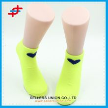 Primavera cor sólida tornozelo meias de padrão de coração para as meninas, moda para o desporto