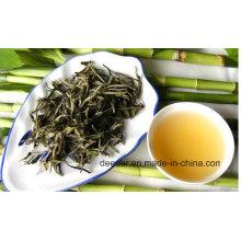 Chá Branco feito de folhas perto de bambu