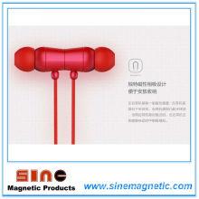 Auriculares magnéticos en el oído de la manera creativa con el micrófono