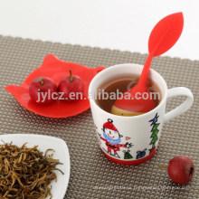 taza de té con filtro o infusor en el nuevo juego de té de diseño