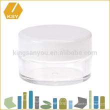 Con el espejo profesional componen la esponja cosmética del soplo del polvo del caso