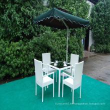 Comedor al aire libre establece mesa de comedor de ratán y sillas para el jardín