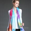 La mujer teñió larga bufanda en invierno