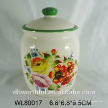 Pote de cerámica con la etiqueta completa de la flor