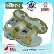El niño de la manera del bling se divierte los zapatos de lujo de las sandalias de las muchachas con la pequeña sirena