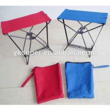 Pequena cadeira dobrável de metal com armação de aço