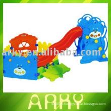 Glissière en plastique pour enfants avec fosse à bille