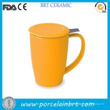 Caneca de chá amarela cerâmica com infusor