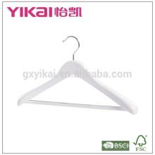 Abrigo de ropa de madera en acabado blanco brillante con hombros anchos y barra cuadrada antideslizante