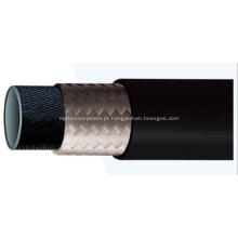 Um tubo de borracha trançada de fibra de camada