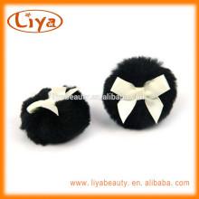 Pouf en peluche de soins personnels noir BOA avec ruban personnalisé