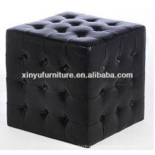 Ein Sitz quadratischer Hocker mit Knöpfen oben XY0311