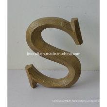 Lettre artisanale en bois utilisée pour la décoration intérieure